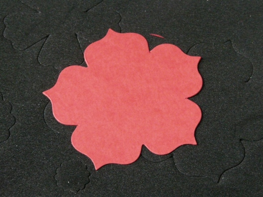 Fleurs comme celle ci puis encrez tous les bords de chaque fleur avec